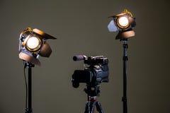 Kamerarecorder und die zwei Scheinwerfer mit Fresnellinsen Lizenzfreies Stockbild