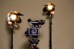 Kamerarecorder und die zwei Scheinwerfer mit Fresnellinsen Lizenzfreies Stockfoto