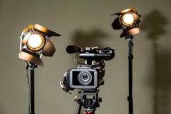 Kamerarecorder und die zwei Scheinwerfer mit Fresnellinsen Stockfotos