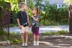 Kameras des kleinen Jungen und einer Weinlese des Esprits zwei des kleinen Mädchens, die zu stehen Stockfoto