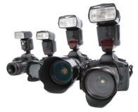 Kameras mit Blinken auf weißem Hintergrund in einer Reihe Lizenzfreie Stockfotos