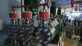 Kamerashowgas och oljeraffinaderiutrustning arkivfilmer