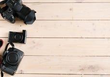 Kamerauppsättning på träbakgrund Royaltyfri Foto