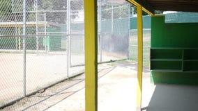 Kamerawannen über Baseball der kleinen Liga leeren Einbaum stock video