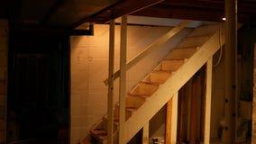 Kamerawannen über einem unfertigen Keller des Wohnheims stock footage