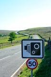 Kamerazeichen der Drehzahl 50mph mit schneller Moorlandstraße innen Lizenzfreies Stockbild