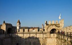 Kamerlengo城堡在特罗吉尔,手表步行的看法 免版税库存照片