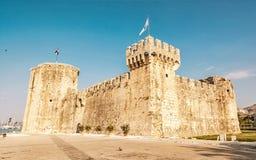 Kamerlengo är en slott och en fästning i Trogir, gulingfilter Royaltyfria Bilder