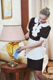 Kamermeisje bij de hoteldienst Stock Foto's