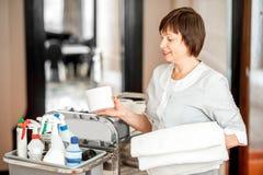 Kamermeisje in de hotelgang royalty-vrije stock afbeelding