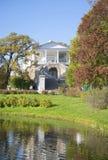 Kameronova画廊晴朗的10月天的看法 凯瑟琳公园, Tsarskoe Selo 免版税库存图片