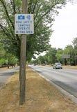 Kameror för vägsäkerhet fungerar i detta områdesvarningstecken Fotografering för Bildbyråer