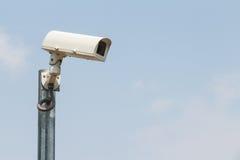 Kamery bezpieczeństwa lub CCTV przeciw niebu obraz stock