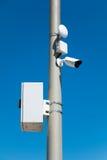 kamery bezpieczeństwa na ulicznym pilonie zdjęcie stock