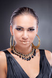 kamery Cleopatra przyglądająca uśmiechnięta stylowa kobieta Obrazy Royalty Free