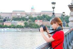 kamery dslr dziewczyny krótkopędu dopatrywanie zdjęcie stock