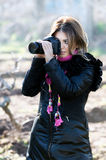 kamery fotografii uśmiechnięta kobieta zdjęcia stock