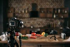 kamery i warzywa na stole fotografia stock