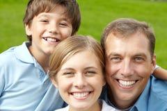 kamery 3 kanapy dziewczyn na pomarańczowy rodzinę matki portret posiedzenie ich tam jesteś zdjęcia royalty free