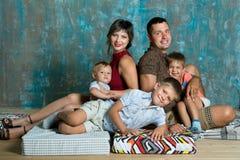 kamery 3 kanapy dziewczyn na pomarańczowy rodzinę matki portret posiedzenie ich tam jesteś Młoda rodzina z trzy chłopiec indoors Zdjęcie Royalty Free