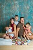 kamery 3 kanapy dziewczyn na pomarańczowy rodzinę matki portret posiedzenie ich tam jesteś Młoda rodzina z trzy chłopiec indoors Zdjęcie Stock