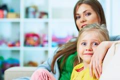 kamery 3 kanapy dziewczyn na pomarańczowy rodzinę matki portret posiedzenie ich tam jesteś Matka, uśmiech, szczęście i nadzieja,  Obraz Royalty Free