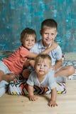 kamery 3 kanapy dziewczyn na pomarańczowy rodzinę matki portret posiedzenie ich tam jesteś Trzy chłopiec siedzi wpólnie indoors Obraz Royalty Free