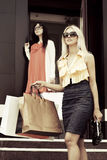kamery na przednich torby na zakupy do uśmiecha dwa zdania młodą kobietę Fotografia Stock