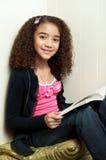kamery narożnikowej dziewczyny przyglądający czytanie Fotografia Royalty Free