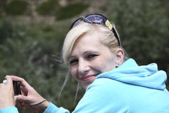 kamery szczęśliwa portreta kobieta Obraz Royalty Free
