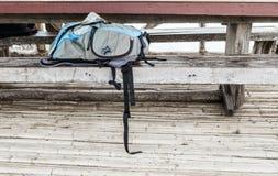 Kamery torba na drewnianej ławce Fotografia Royalty Free
