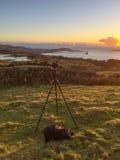Kamery Tripod & Piękny krajobraz przy zmierzchem Zdjęcie Stock