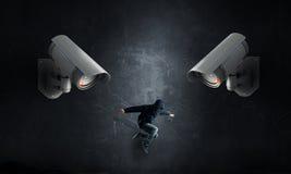 Kamery utrzymanie oko na mężczyzna zdjęcia royalty free