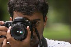 kamery zamknięty mienia mężczyzna zamknięty zdjęcia stock