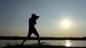 Kamerzysta strzela prześwietnego sunpath na jeziorze przy zmierzchem w mo zbiory wideo