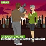 Kamerzysty magnetofonowy żeński dziennikarz lub TV reporter przedstawia wiadomość przed nocy miastem z drapaczami chmur ilustracja wektor