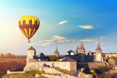 KAMIANETS-PODILSKYI, UCRÂNIA - 6 DE OUTUBRO DE 2018: Ideia bonita do voo do balão de ar quente imagem de stock royalty free