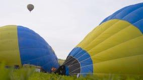 KAMIANETS-PODOLSKYI, UKRAINA, 17 05 2019 stubarwnych balonowych latań w w górę niebieskiego nieba Ukraina 4k zbiory