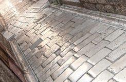Kamień budujący, polerująca powierzchnia ulica w starym, średniowiecznym miasteczku, fotografia royalty free