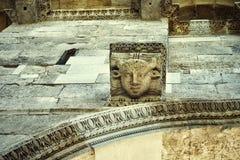 Kamień głowy, Diocletian pałac najpierw katolik Croatia przedstawił masowego księdza rozszczepiającego, co mówi zdjęcia stock