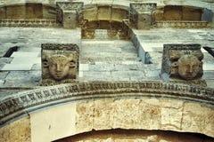 Kamień głowy, Diocletian pałac najpierw katolik Croatia przedstawił masowego księdza rozszczepiającego, co mówi zdjęcie royalty free
