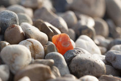 Kamień który odróżnia się wśród wiele podobnego Zdjęcia Royalty Free