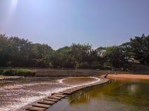 Kamień na longgang rzece w longyuan parku, Shenzhen, Chiny, może kroczyć przez rzekę obrazy royalty free