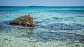 Kamień na wąskim plażowym morzu z błękita i zieleni turkusu wodą na plaży w karimun jawie fotografia stock