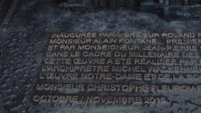 Kamień rzeźbiąca plakieta przy deszczem zbiory wideo