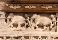 Kamień rzeźbić rzeźby na Kandariya Mahadeva świątyni Khajuraho Zdjęcie Stock
