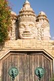Kamień twarze drewniany portal i świątynia Fotografia Royalty Free