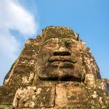 Kamień twarze na górują antyczna Bayon świątynia fotografia stock