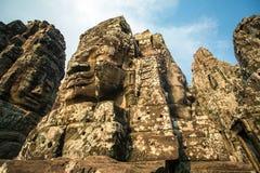 Kamień twarze na górują antyczna Bayon świątynia zdjęcia royalty free