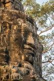 Kamień twarze na górują antyczna Bayon świątynia zdjęcie royalty free